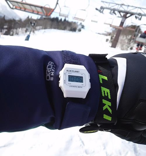 スキーウェアの上からできる時計のバンド